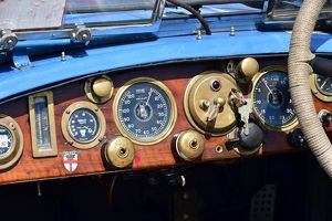 CM15 5126 Dashboard, the beauty of brass and wood